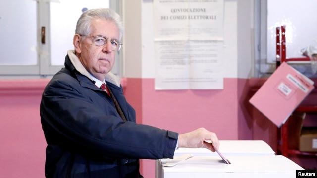 Thủ tướng đương nhiệm Mario Monti bỏ phiếu tại Milan, ngày 24/2/2013.