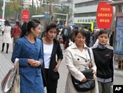 新疆乌鲁木齐街头的维族民众