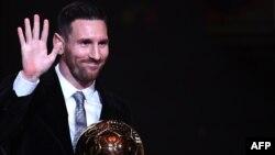 Lionel Messi soulève son 6e Ballon d'or.