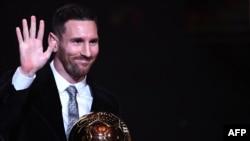 Lionel Messi soulève son 6e Ballon d'or