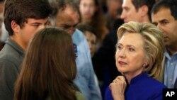 Hillary Clinton conversa con simpatizantes durante un mitin en River Valley Community College, en Claremont, New Hampshire.