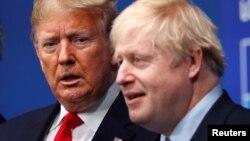 도널드 트럼프 미국 대통령(왼쪽)이 지난 4일 런던에서 열린 나토 정상회의에서 보리스 존슨 영국 총리의 환영을 받았다.