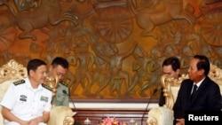 Đại tá Trung Quốc Wang Hong Li (trái) họp với Bộ trưởng Quốc phòng Campuchia Tea Banh tại Bộ Quốc phòng Campuchia ở Phnom Penh, 17/10/2016.