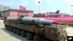 導彈軍車參加在平壤舉行的韓戰停戰60周年閱兵式。(2013年7月27日)