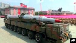 载有导弹的军车在平壤参加纪念朝鲜战争停战60周年的阅兵式。(2013年7月27日资料照)