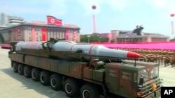 Xe tải quân sự chở tên lửa trong cuộc diễu hành tại Bình Nhưỡng, Bắc Triều Tiên, ngày 27/7/2013.