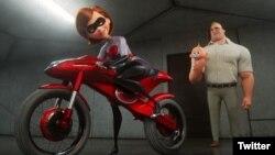 """Elastrigirl (dengan Holly Hunter sebagai pengisi suara, kiri) mengendarai Elasticycle untuk kembali menyibukkan diri sebagai superheo sementara Tn. Incredible (dengan Craig T. Nelson sebagai pengisi suara) tinggal di rumah bersama anak-anak di """"Incredibles 2"""" (15 Juni)"""