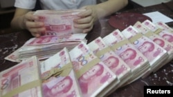 交通银行沈阳一家分行的一名职员2012年7月6日在点算100圆人民币的钞票
