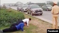 Hình ảnh trích xuất từ video trên Facebook cho thấy hai tài xế chống đẩy khi bị phạt vì không đeo khẩu trang. (Facebook Ung ho Thu tuong Chinh phu)