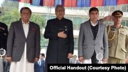 مظفرآباد میں یوم یکجہتی کشمیر کے موقع پر تقریب میں شریک پاکستان کے صدر عارف علوی سلامی لے رہے ہیں۔ 5 فروری 2019
