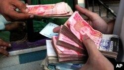 روپیۀ پاکستانی در مقابل اسعار خارجی در چند روز گذشته به شدت افت داشته است