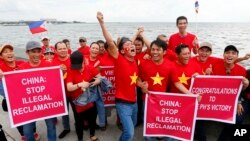 在联合国国际常设仲裁法院裁决前,越南侨民在马尼拉海湾举牌抗议(2016年7月12日)