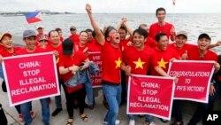 Người Việt vui mừng tuần hành ở Manila trước khi Toà Trọng tài LHQ ra phán quyết bác bỏ tuyên bố chủ quyền của Trung Quốc ở Biển Đông, 12/7/2016, Philippines.
