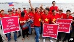 Biểu tình chống Trung Quốc tại Philippines trước khi Tòa Quốc Tế ra phán quyết vụ đường lưỡi bò, tháng Bảy 2016.