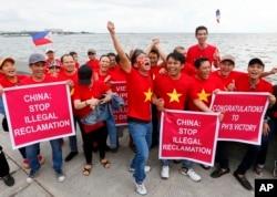 Người Việt ở Manila tuần hành trước phán quyết của tòa Trọng tài Quốc tế khi phủ nhận đường lưỡi bò 9 đoạn của Trung Quốc trên biển Đông. Nhưng Bắc Kinh không công nhận phán quyết này.