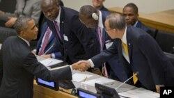 25일 바락 오바마 미국 대통령(왼쪽)이 유엔 총회에서 에볼라 사태에 관해 연설한 후 반기문 유엔 사무총장과 악수하고 있다.