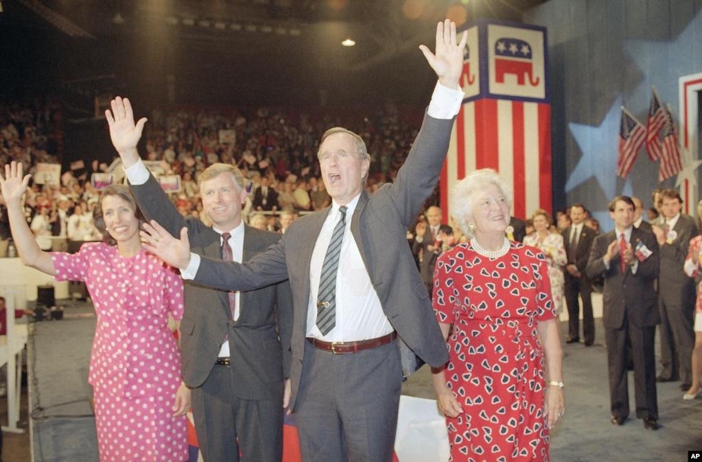 1992年8月17日,休斯頓的共和黨全國代表大會上,(左起)瑪麗蓮·奎爾,丹·奎爾副總統,喬治·布什總統和芭芭拉·布什揮手致意。 布什和奎爾被提名競選下屆總統和副總統。