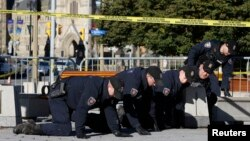 Police perform a thorough search of the area around the National War Memorial in downtown Ottawa, Oct. 23, 2014. (REUTERS/Blair Gable)