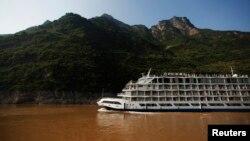 Năm 2012, nước sông Dương Tử đã đổi màu vì chất thải bất hợp pháp từ một nhà máy gần đó.