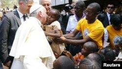 Le pape François embrasse un enfant dans un camp de déplacés, Bangui, 29 novembre 2015.