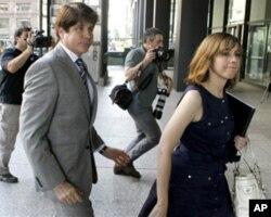 布拉戈耶维奇被判有罪后和妻子出庭参加一次有关保释金的听证。(2011年7月)