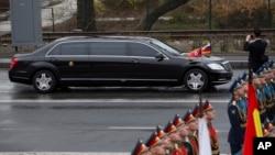 Chiếc limousine của lãnh tụ Triều Tiên Kim Jong Un đi vào lễ đặt vòng hoa tưởng niệm ở Vladivostok, Nga, hôm 26/4. Daimler nói họ không bán chiếc xe limo nào của hãng cho người đứng đầu Triều Tiên.