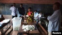 11일 말리에서 대선 투표가 치뤄진 가운데, 바마코 시의 투표소 직원들이 개표를 진행하고 있다.