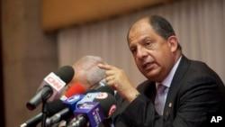 El presidente costarricense Luis Guillermo Solís habla en conferencia de prensa.