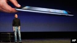 애플의 창시자 스티브 잡스가 생전에 아이패드 2 출시에 앞서 제품 설명을 하고 있다.