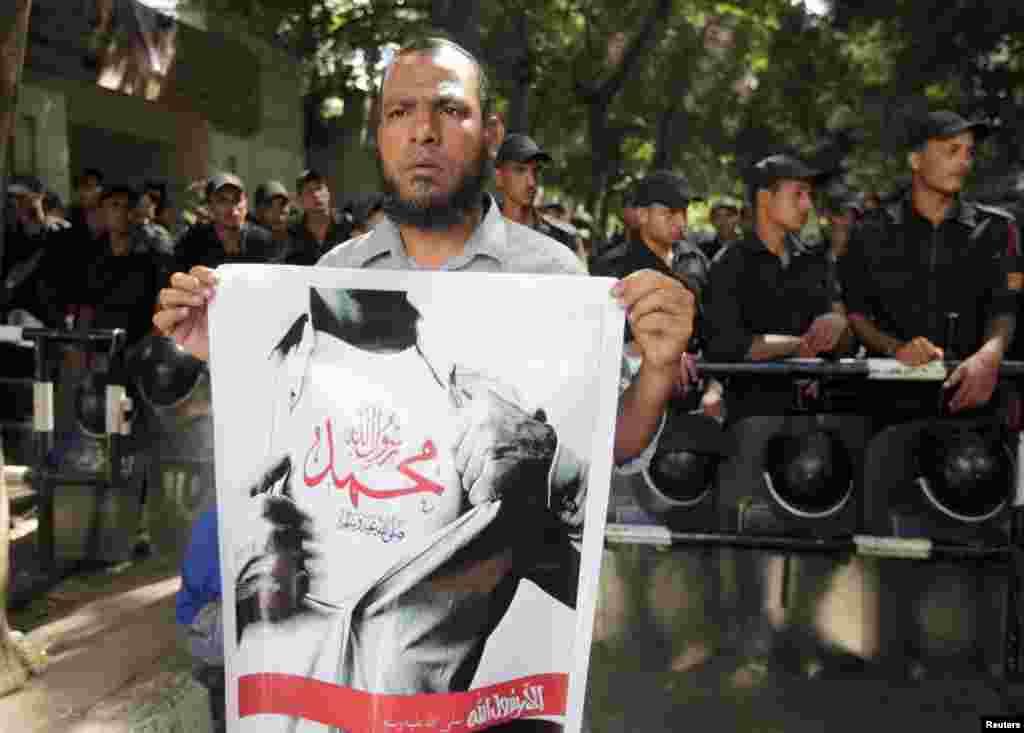 12일 이집트 카이로 주재 미국 대사관 앞에서 벌어진 시위. '알라가 유일한 신'이고 무함마드는 그의 예언자'란 문구를 들고 있다.