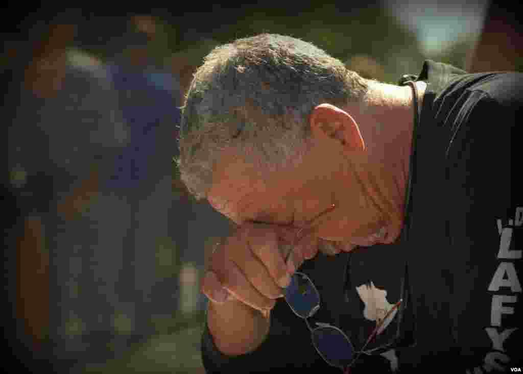 Ветеран Вьетнама у стены Национального мемориала