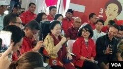 Ketua Umum PDI Perjuangan, Megawati Soekarnoputri bercerita di hadapan ratusan orang di Kantor DPP PDI Perjuangan, Menteng, Jakarta, Senin (7/1/2018). (Foto: VOA/Ahmad Bhagaskoro)