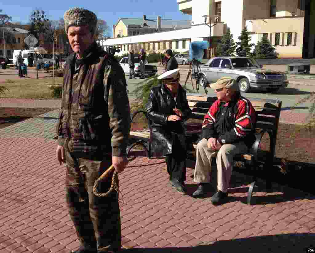 A Crimean irregular, left, with whip, came out in a show of pro-Russian solidarity in the regional capital, Simferopol, March 3, 2014 (Elizabeth Arrott/VOA)