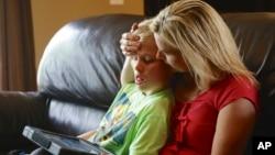 Seorang ibu bersama anak laki-lakinya penderita autis yang berumur 11 tahun (foto: dok).