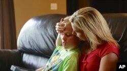 Một bà mẹ chăm sóc cho đứa con trai 11 tuổi bị bệnh tự kỷ
