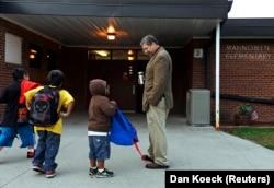 Ilustrasi. Siswa disambut oleh Pengawas Distrik Sekolah Mahnomen Jeff Bisek di Sekolah Dasar Mahnomen di Mahnomen, Minnesota. (Foto: REUTERS/Dan Koeck)