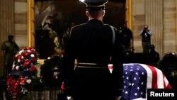 Kovčeg s telom bivšeg predsednika SAD Džordža Buša starijeg izložen u zgradi Kongresa u Vašingtonu tokom državne sahrane (Foto: Reuters)