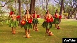 하와이에서 여성 무용수들이 전통 훌라춤을 추고 있다.