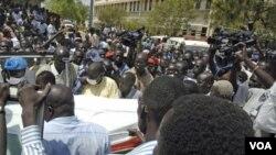 Warga membawa peti jenazah seorang polisi yang ikut menjadi korban dalam insiden penembakan atas Menteri Jimmy Lemi Milla di Juba (9/2).