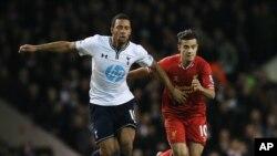 Moussa Dembélé de Tottenham, à gauche, en duel avec Philippe Coutinho de Liverpool lors d'un match entre Tottenham Hotspur et Liverpool, le 15 décembre 2013.