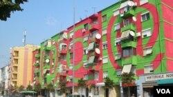 Fasadë pallati në Tiranë nga Helidon Gjergji
