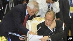 ប្រធានាធិបតីហ្វីលីពីន លោក Benigno Aquino III (ស្តាំ) និយាយជាមួយលោករដ្ឋមន្ត្រីការបរទេសរបស់លោក គឺលោក Albert del Rosario (ឆ្វេង) ក្នុងអំឡុងកិច្ចប្រជុំកំពូលអាស៊ានលើកទី២០នៅវិមានសន្តិភាពក្រុងភ្នំពេញ កាលពីថ្ងៃពុធទី៤ មេសា ២០១២នេះ។