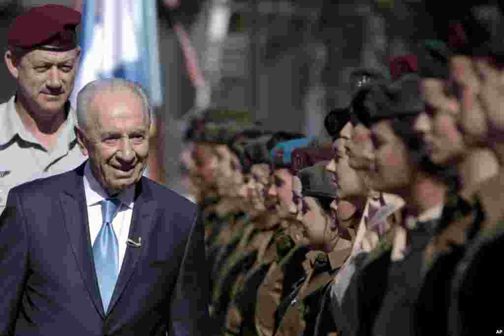 شیمون پرز در جشن شصت و سه سالگی تشکیل اسرائیل از رژه سربازان دیدار می کند، ۲۰۱۱.