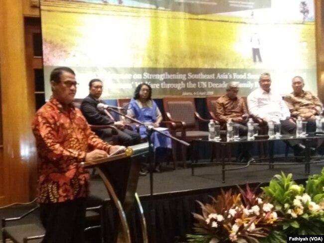 Menteri Pertanian Andi Amran Sulaiman dalm pembukaan Konferensi Regional mengenai Penguatan Keamanan Pangan di Asia Tenggara yang digelar di Jakarta, Kamis (4/4). (Foto: VOA/Fathiyah)