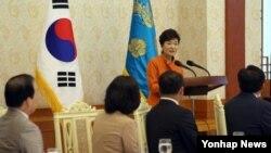 박근혜 한국 대통령이 2일 청와대에서 열린 중소기업인과의 오찬에서 인사말을 하고 있다.