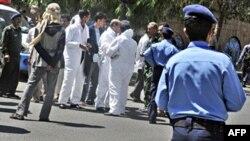 Lực lượng an ninh Yemen tại hiện trường vụ tấn công đoàn xe chở nhà ngoại giao cấp cao của Anh ở Sana'a, ngày 6/10/2010