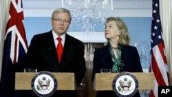 美国国务卿克林顿和澳大利亚外长陆克文(资料照片)
