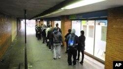 작년 12월 스페인 바르셀로나의 실업자 등록소 앞에 줄지어 선 사람들. 계속된 경기 침체로 스페인의 실업률은 25%에 육박하고 있다.(자료사진)
