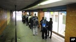 Испанцы в очереди на получение пособия по безработице. Барселона, Испания (архивное фото)