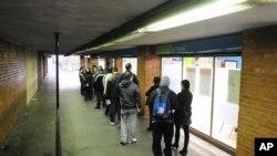西班牙巴塞隆拿的一個失業登記中心﹐民眾排隊等候登記。(資料圖片)